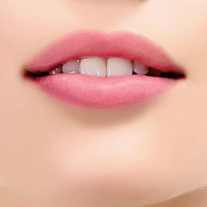 Avoir des lèvres pulpeuses, des lèvres au bel éclat et aux formes agréables…. Voilà un rêve pour ceux pour qui le sourire ou la forme de la bouche comptent !